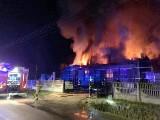 Pożar remizy OSP Raczkowice zniszczył ją doszczętnie. Zawalił się dach i ściana. W akcji gaśniczej ucierpiał strażak
