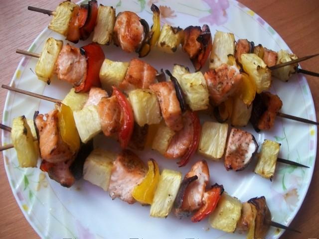Szaszłyki z łososiem i ananasem. To jeden z kilku pomysłów na dania z grilla nadesłanych przez Czytelniczkę Monikę Piekarską.