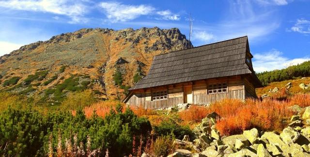 Nie od dziś wiadomo, że góry najlepiej podziwiać jesienią. Niesamowite krajobrazy połączone z pięknymi kolorami, jakie przyroda o tej porze roku nam serwuje, potrafią zachwycić najbardziej wybrednych turystów. Dodatkowym atutem jest fakt, że szlaki turystyczne pustoszeją, dzięki czemu przyjemniej się po nich poruszać i w spokoju możemy obcować z naturą. Zobaczcie, gdzie i dlaczego warto wybrać się o tej porze roku. Przejdź do galerii! >>Zobacz też: Górskie wycieczki. Jak przygotować się do pieszej wędrówki?