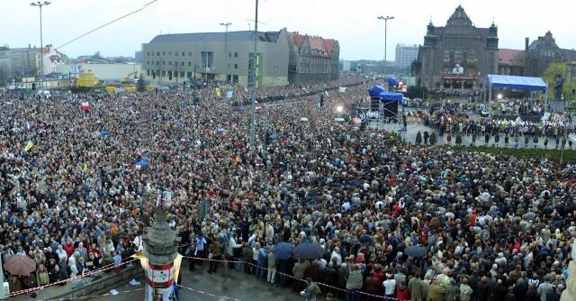 Na wiadomość o śmierci Jana Pawła II Polacy wyszli na ulice. Znicze i świece ustawiano nie tylko w Kościołach, ale i w miejscach związanych m.in. z pielgrzymkami papieża. Zobacz, jak wyglądały ulice tego dnia --->