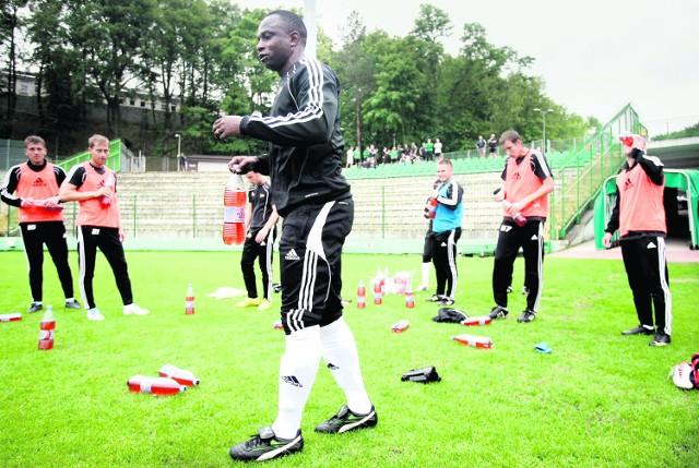 Olisadebe jest w centrum, tak jak na tym zdjęciu podczas pierwszego treningu z zespołem