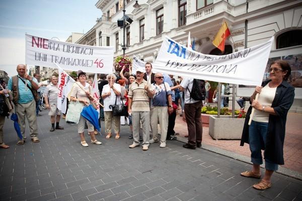 Protestujący przynieśli ze sobą transparenty.