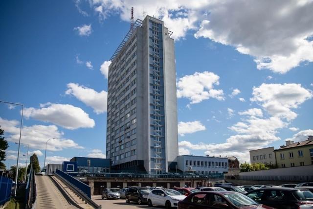 Bufet znajduje się na parterze budynku magistratu przy ul. Słonimskiej