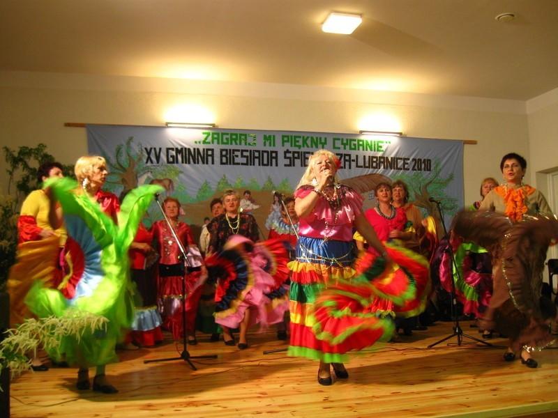 Panie z zespołu Jarzębina z Sieniawy Żarskiej zauroczyli obecnych na sali swoim śpiewem i temperamentem.