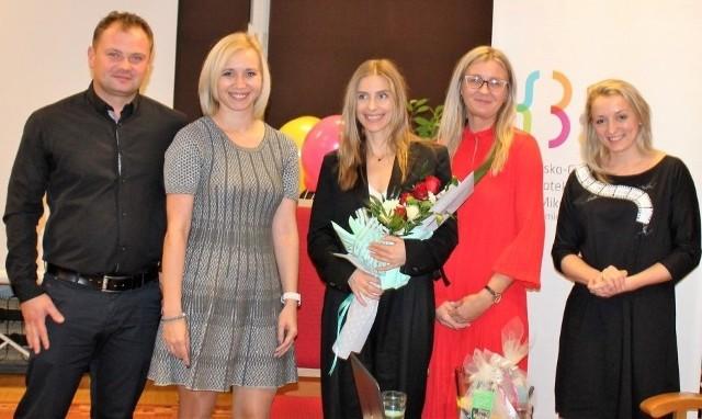 Katarzyna Zawadzka (stoi w środku, z kwiatami) podczas spotkania w Szkolnym Klubie Filmowym w Cudzynowicach. Towarzyszą jej (od prawej): Sylwia Psica, Ewelina Czajka, Nina Turek-Kwiecień, Sebastian Psica.
