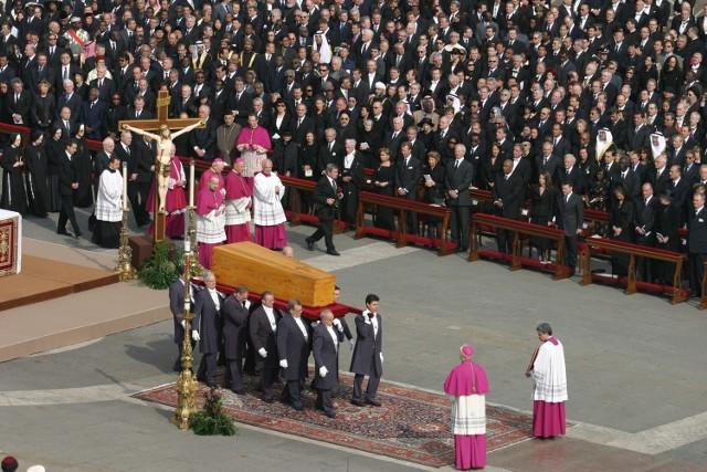 POGRZEB JANA PAWŁA II data: 8 kwietnia 2005 koszt: 8 mln dolarów Pogrzeb Jana Pawła II był z pewnością jedną z największych uroczystości żałobnych współczesnego świata i jednym z największych zgromadzeń chrześcijan w historii świata. W związku z pogrzebem do Rzymu przybyło 2-4 milionów ludzi. Tak ogromna liczba pielgrzymów wymagała podjęcia dodatkowych środków bezpieczeństwa, co podwyższyło całościowe koszty. Uroczystość pogrzebowa była także ogromnym wydarzeniem medialnym - największą tego typu zarejestrowaną ceremonią. Na placu św. Piotra znajdowało się ok. 300 tysięcy wiernych, przed telewizorami - 2 mld ludzi.