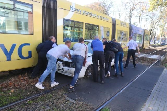 Pasażerowie tramwaju pomogli zepchnąć samochód na bok, dzięki czemu tramwaje mogły szybko wrócić na trasy