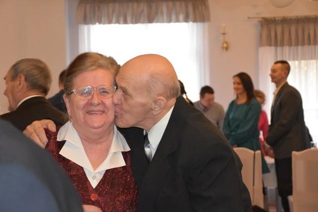 """W sali Restauracji """"Na Skarpie"""" w Tucznie odbyła się uroczystość wręczenia medali """"Za Długoletnie Pożycie Małżeńskie"""" oraz listów gratulacyjnych parom, które 50, 55 i 60 lat temu zawarły związek małżeński."""
