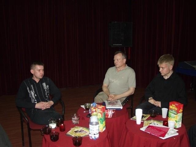 Wieczorek literacki.Od lewej siedzą: Michał Kasprzak, Adam Ladziński, Karol Samsel