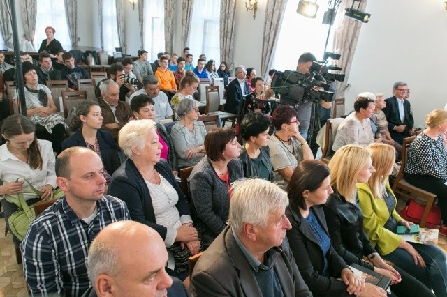 Mieszkańcy podczas spotkania w sprawie przekazania gminie Krzeszowice profesjonalnego pyłomierza przez Polską Spółkę Gazowniczą
