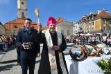 Abp Tadeusz Wojda poświęcił pokarmy na Rynku Kościuszki. Wiceprezydent Rafał Rudnicki nosił wodę święconą (zdjęcia)
