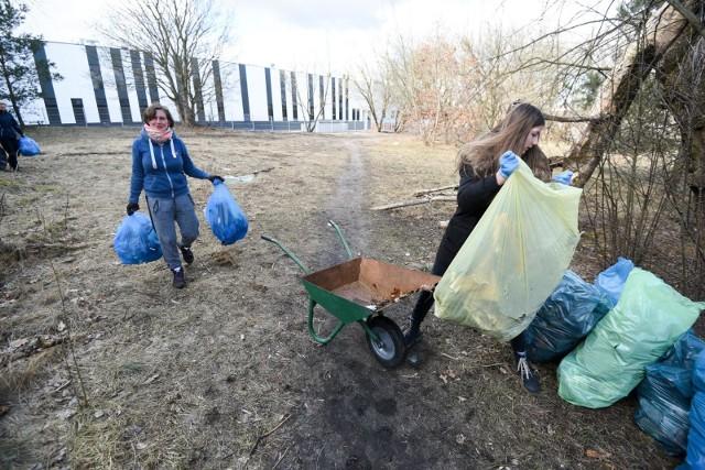 Mieszkańcy Wrzosów sprzątali tamtejszą polankę zwaną Psim Polem. Worki zapełniły się szybko
