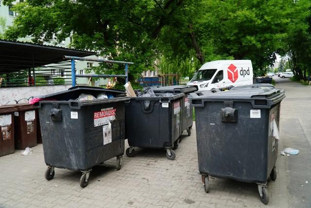 Mieszkańcy narzekają, że pojemniki stojące poza altanką są niezabezpieczone, a tym samym śmieci często walają się po osiedlu