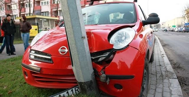 Nauka jazdy z taką siłą uderzyła w słup, że ten aż się zgiął.