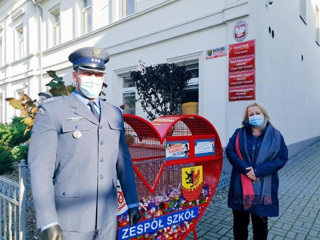 """Na terenie ZS w Koronowie stanęło wielkie serce na nakrętki dla Izy. Uzyskane w ten sposób pieniądze przekazane zostaną na leczenie dziewczynki. Swoją """"cegiełkę"""" dołożyli więźniowie"""