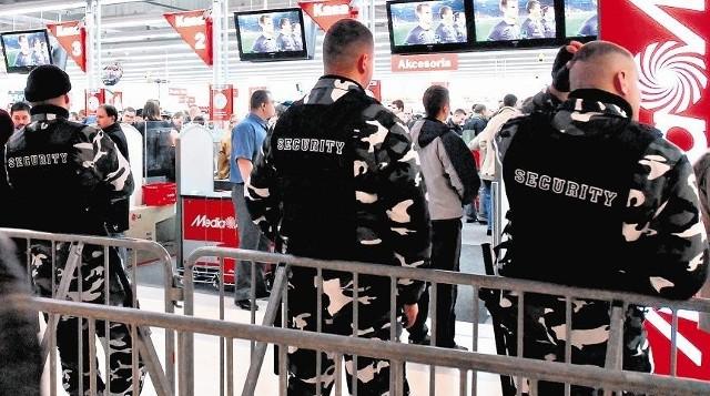 Ochroniarz w sklepie to codzienny widok. I codziennie wywołuje niezadowolenie i agresję klientów. Kupujący czują się śledzeni, także przez kamery i monitoring.