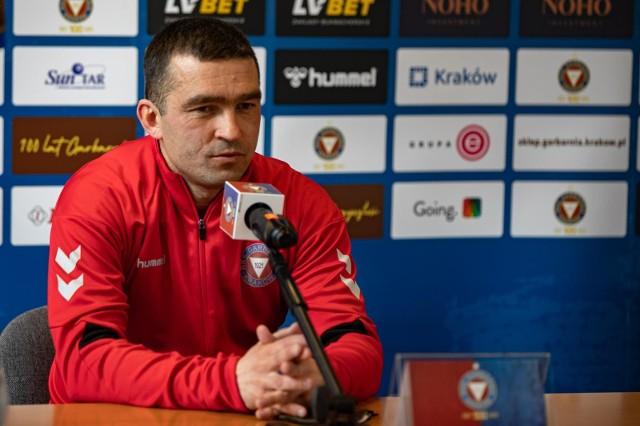 Trener Garbarni Kraków Łukasz Surma podczas czwartkowej konferencji prasowej