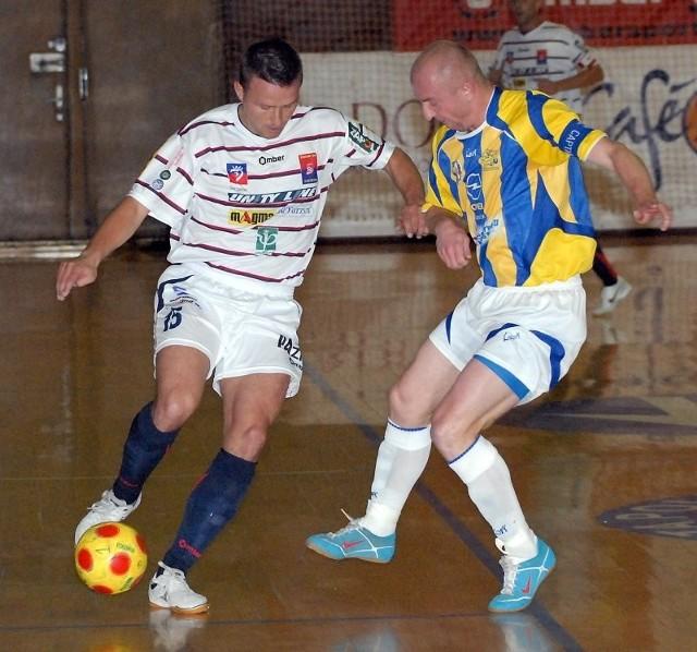 Tomasz Wydmuszek (przy piłce) podczas jesiennego meczu z Gwiazdą. To właśnie jego gol w końcówce dał Pogoni'04 zwycięstwo.