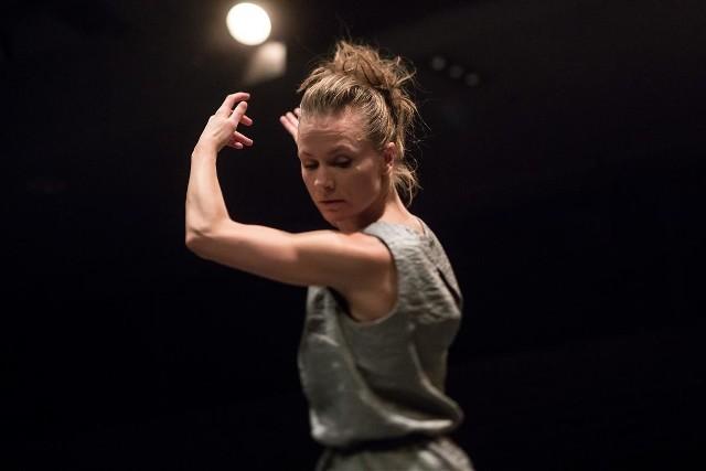 """Piąty dzień festiwalu Malta warto rozpocząć od bardzo oryginalnego projektu """"Per-sona"""" autorstwa tancerki i choreografki Katarzyny Sitarz, który będzie można zobaczyć w Galerii na Dziedzińcu Sztuki w Starym Browarze o godz. 17.Artystka skupia się w nim na ludzkim głosie – na jego relacji z ciałem, na jego zmysłowości i nieuchwytności. Warto przypomnieć, że jej poprzednie projekty, z reguły bazujące na eksperymentach ze śpiewem tradycyjnym, były prezentowane w wielu krajach na całym świecie, nawet tak odległych jak Brazylia czy Argentyna.Występ można zobaczyć w Galerii na Dziedzińcu Sztuki w Starym Browarze we wtorek  o godz. 17.Przejdź do następnego slajdu ----->"""