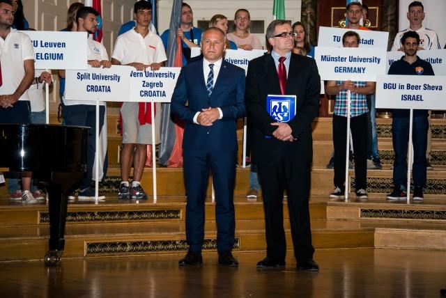 Gości z 14 krajów przywitał prezes AZS Poznań, Tomasz Szponder (z prawej)
