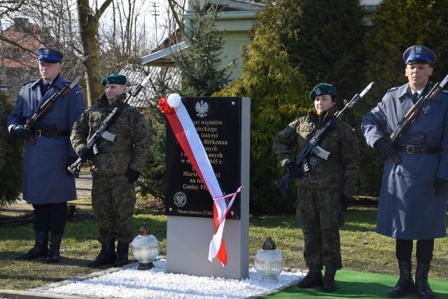 Odsłonięta w czwartek (27 lutego) tablica pamiątkowa przed wiejskim centrum sportowym  to wspólna inicjatywa wojewody, burmistrza Prudnika i Instytutu Pamięci Narodowej.