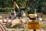Wrocławskie szambo: Część osiedli bez kanalizacji, a rury kładą w szczerym polu