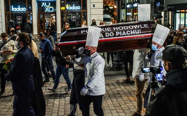 W ubiegłym roku pogarszająca się sytuacja gastronomii i hotelarstwa zapoczątkowała serię protestów. Dziś walka o ich byt nadal trwa. By ratować bydgoskie przedsiębiorstwa,przedstawiciele branż hotelarskiej, gastronomicznej i fitness przekazali do Rady Miasta Bydgoszczy petycje z prośbą o zwolnienie z opłat. - To nasza jedyna szansa na przetrwanie - apelują.