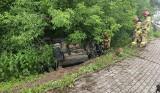 Piątnica Włościańska. Wypadek forda na zakręcie. Auto dachowało (zdjęcia)