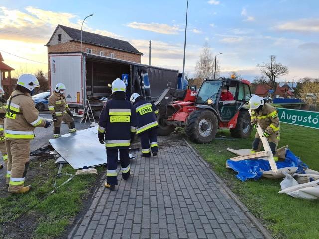 Suchowola. Ładunek ciężarówki wysypał się i zablokował DK8. Pomogli strażacy i mieszkańcy