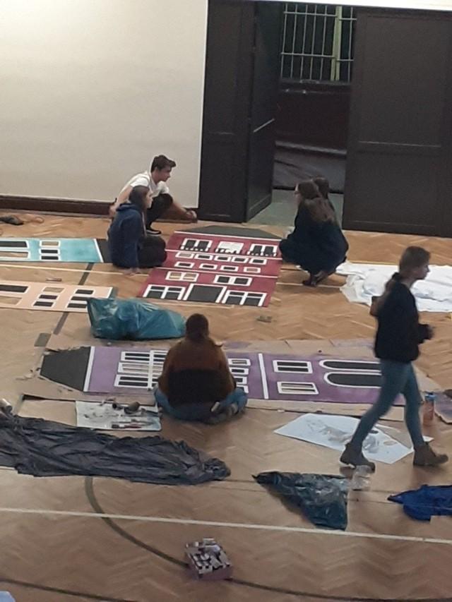 Uczniowie XXVI LO przygotowują dekoracje na studniówkę, która odbędzie się w szkole w piątek, 10 stycznia.