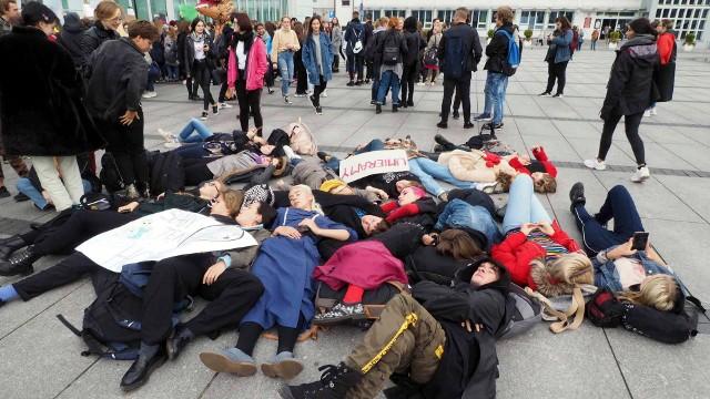 Trwa Młodzieżowy Strajk Klimatyczny. W piątek 20 września, na całym świecie odbywają się manifestacje, zwracające uwagę na pogłębiający się kryzys klimatyczny. Młodzi ekolodzy chcą przeprowadzić akcję protestacyjną w największych miastach Polski. Do protestu przyłączyła się także młodzież z Koszalina.