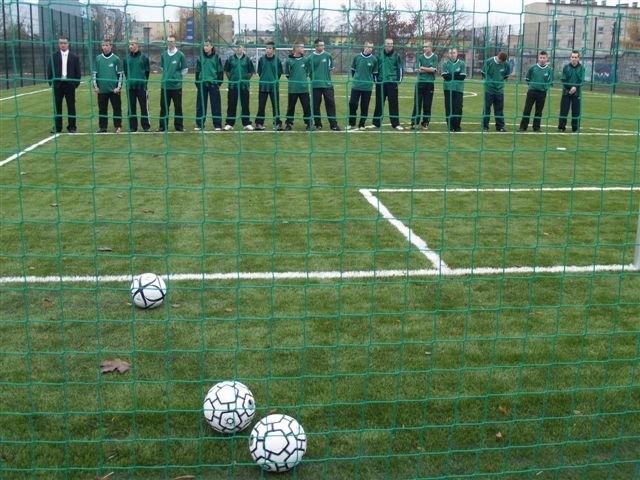 Kompleks składa się z boisk do piłki nożnej, siatkowej i koszykowej
