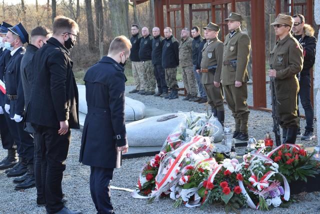 """28 lutego 2021. Uroczystości na Polanie Śmierci w Starym Grodkowie, gdzie zamordowano 30 żołnierzy oddziału kpt. Henryka Flamego """"Bartka"""". Udział w nich wzięło około 200 osób."""