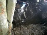 Śmiertelny wypadek w Waćmierku. Na na drodze krajowej nr 22 samochód osobowy uderzył w drzewo. Nie żyje 24-latek
