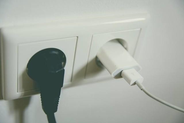 Mamy w domu wiele urządzeń, które są podłączone do prądu, ale nie są włączone. Jak się okazuje te urządzenia pobierają energię także w trybie czuwania. Zobaczcie, które to urządzenia. Szczegóły na kolejnych zdjęciach >>>