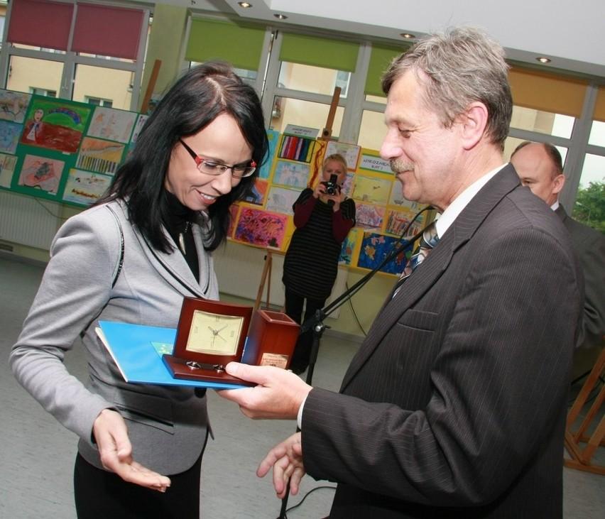 Jeden z dyplomów i biurowy zegar komisarz Marian Sierpatowski wręczył Małgorzacie Teledze, która kieruje szkołą muzyczną.