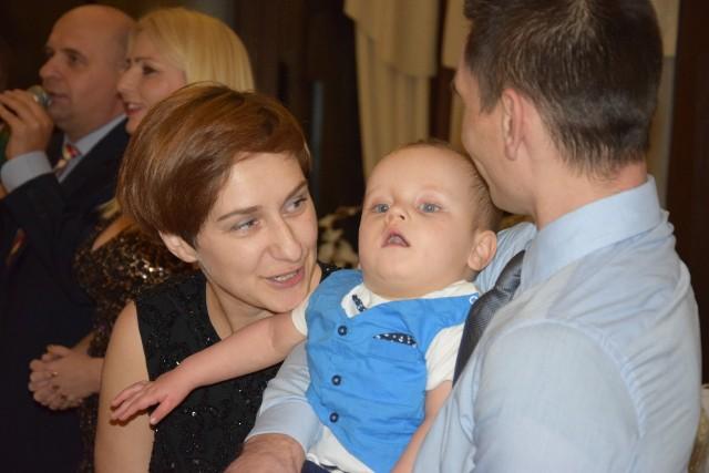 2-5-letni Wojtuś Skupiewski z rodzicami. To dla niego odbył się IV Bal Charytatywny w Ostrówcach pod Żninem. Na pozostałych zdjęciach relacja z imprezy.