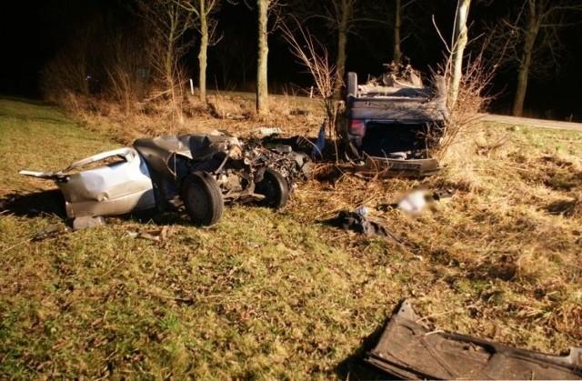 Pozostali pasażerowie auta z ciężkimi obrażeniami ciała trafili do szpitala. Teraz przyczyny i szczegółowe okoliczności tego tragicznego wypadku wyjaśniają bielscy policjanci.