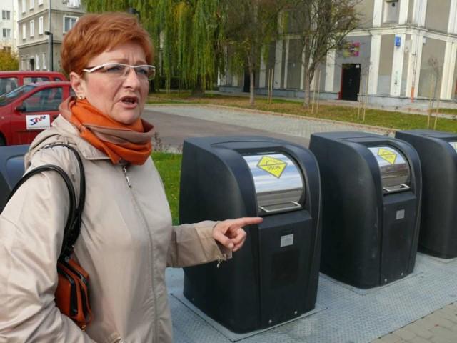 Joanna SzymczykJoanna Szymczyk odpowiedzialna w magistracie za kontakty z mediami prezentuje nadziemne pojemniki.