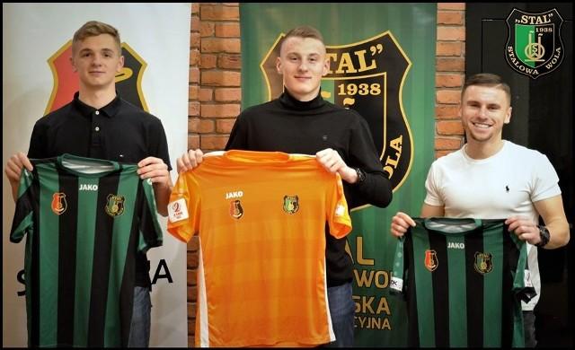 Trwa ofensywa transferowa Stali Stalowa Wola. Dzisiaj wieczorem kontrakt z tym zespołem podpisało trzech nowych piłkarzy, którzy już wcześniej trenowali z zespołem Szymona Szydełki (więcej o tym piszemy tutaj).