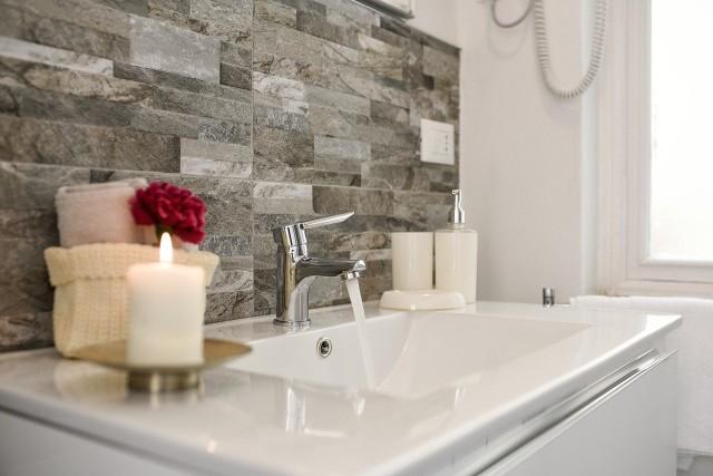 Mała łazienka to problem szczególnie w blokach. Niewielkie pomieszczenie ciężko urządzić, aby pomieścić niezbędne sprzęty. Jak się okazuje, jest masa sprytnych patentów, które z pewnością ułatwią urządzenie niewielkich łazienek. Szczegóły na kolejnych zdjęciach >>>