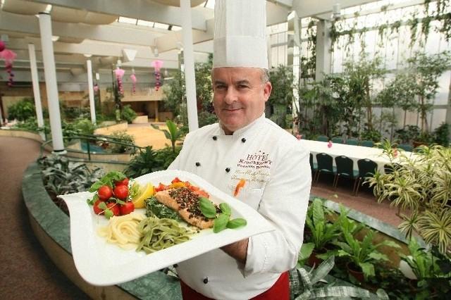 - Delikatny łosoś świetnie komponuje się ze szpinakiem i kolorowymi warzywami. To pożywne i zdrowe danie, które warto przygotować na rodzinny obiad - mówi Kazimierz Skrzyniarz, szef kuchni restauracji Patio w Hotelu Kongresowym w Kielcach.