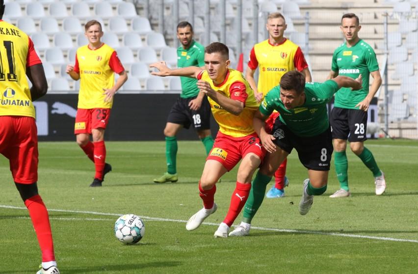 Korona Kielce przegrała na Suzuki Arenie z Górnikiem Łęczna 0:2. W walce o piłkę Iwo Kaczmarski.
