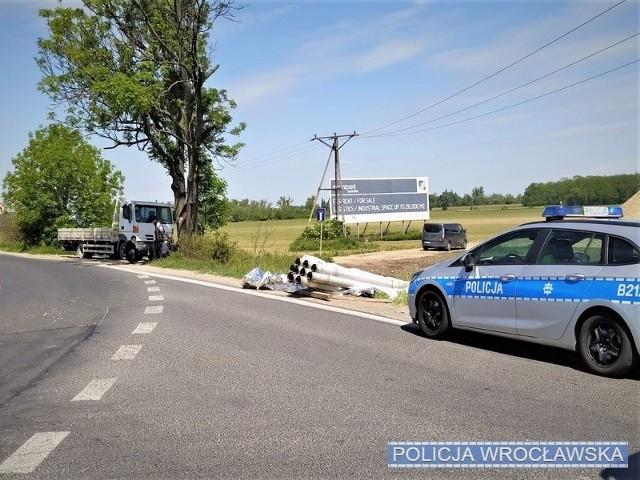 Z ciężarówki wysypały się rury na drogę. Wypadek pod Wrocławiem.