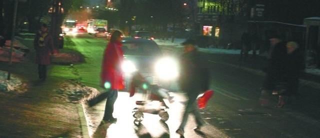 Przy ulicy Warszawskiej jest wiele latarni. Okolice sklepu Wars są jednak wyjątkowo słabo oświetlone. To bardzo niebezpieczne miejsce i dla kierowców, i dla pieszych.