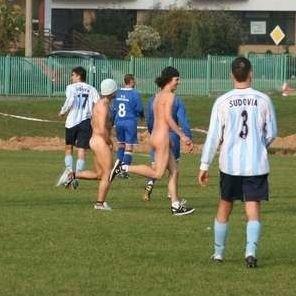 Mężczyźni przez cztery minuty biegali po boisku, uniemożliwiając piłkarzom kontynuowanie gry. Głupi żart stał się wykroczeniem