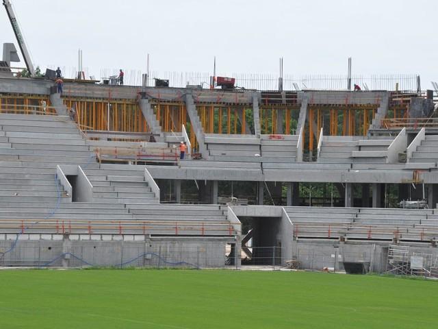 Pod koniec maja pierwszy etap budowy białostockiego stadionu miał już być zakończony  – 11 tysięcy osób miało zasiadać podczas meczów na nowych krzesłach. Tymczasem nie widać jeszcze końca prac związanych z wylewaniem betonu.