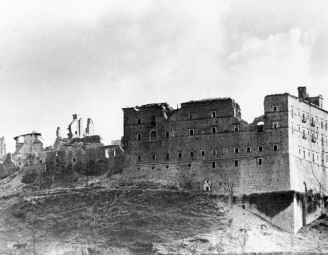 Autor ma żal do aliantów, że w wyniku bezmyślnego nalotu zrujnowali klasztor Monte Cassino
