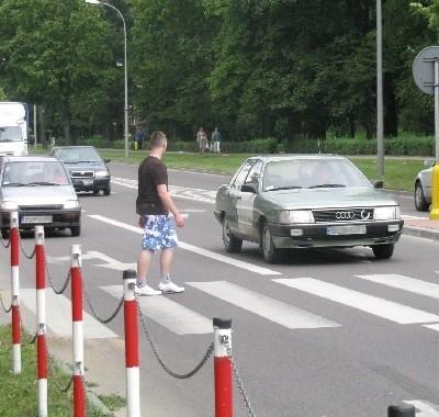 Sytuacje, gdy jedno auto przepuszcza pieszego, a zza niego wyjeżdża inne, są tutaj normą