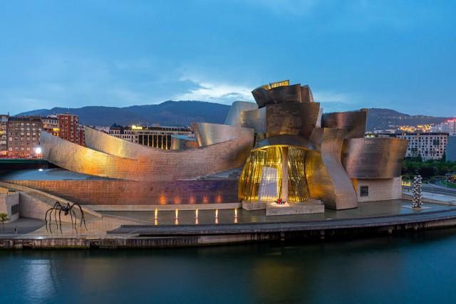 """Zaprojektowane przez Franka Gehry'ego muzeum sztuki współczesnej stało się nową """"ikoną"""" Bilbao. Siedziba ECF Camerimage ma być wizytówką Torunia"""